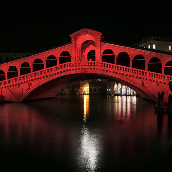 ACN의 Red Days 캠페인으로 붉게 물든 이탈리아 베네치아 리알토 다리 (출처=ACN 자료사진)