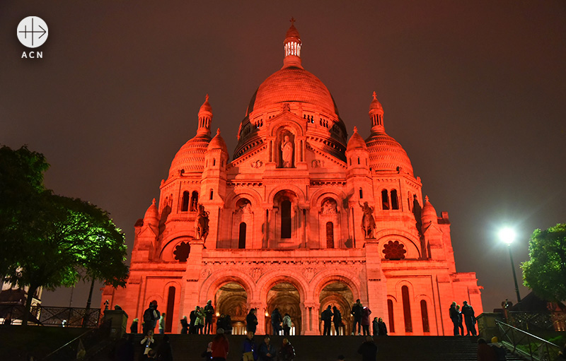 ACN의 Red Days 캠페인으로 붉게 물든 프랑스 사크레쾨르 대성당 (출처=ACN 자료사진)