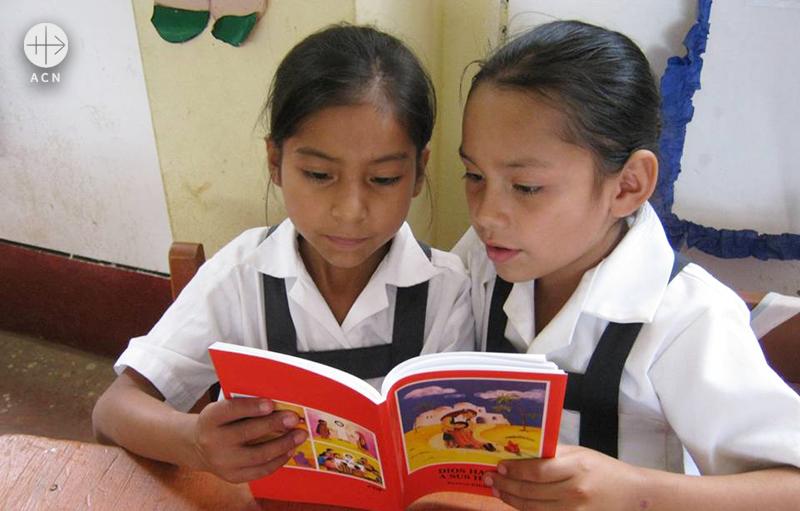 어린이 성경을 읽는 페루의 소녀들 (출처=ACN자료사진)