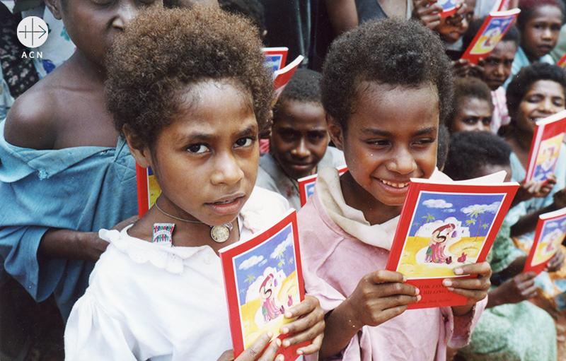 어린이 성경을 들고 잇는 파푸아뉴기니 어린이들(출처=ACN자료사진)