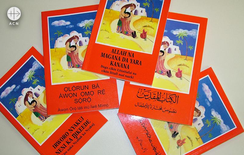 토포사어, 요루바어, 바우사어, 아랍어, 우르두어본 어린이 성경(출처=ACN자료사진)