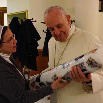 시리아에서 온 초를 전해 받으시는 교황님(출처=ACN자료사진)