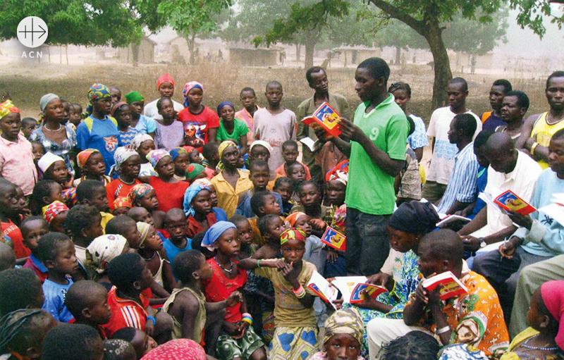 어린이 성경을 나누어 가진 토고, 고레의 어린이들 (출처=ACN자료사진)
