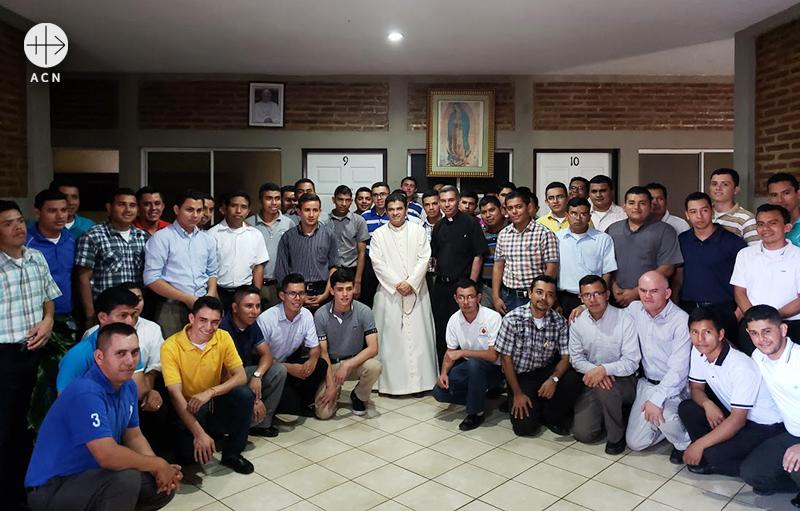Rolando José Álvarez Lagos 주교와 신학생들 (출처=ACN자료사진)