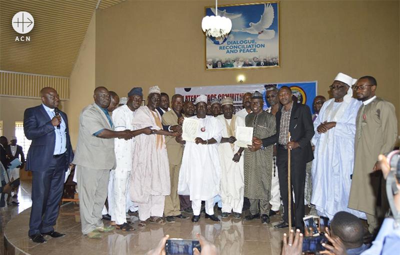 평화 협약 서명식 이후 단체사진 (출처=ACN자료사진)