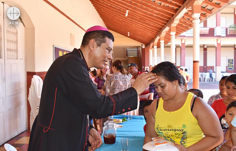 호르헤 솔로르사노 페레스 몬시뇰께 축복을 받는 여성 (출처=ACN자료사진)