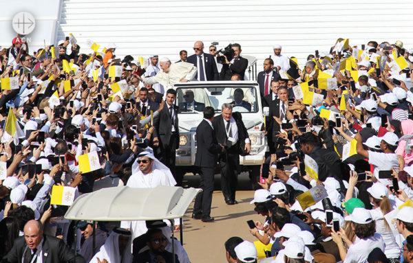 신자들에게 인사하는 프란치스코 교황 (출처=ACN자료사진)