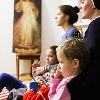 리타 수녀와 저녁기도하는 아이들 (출처=ACN자료사진)