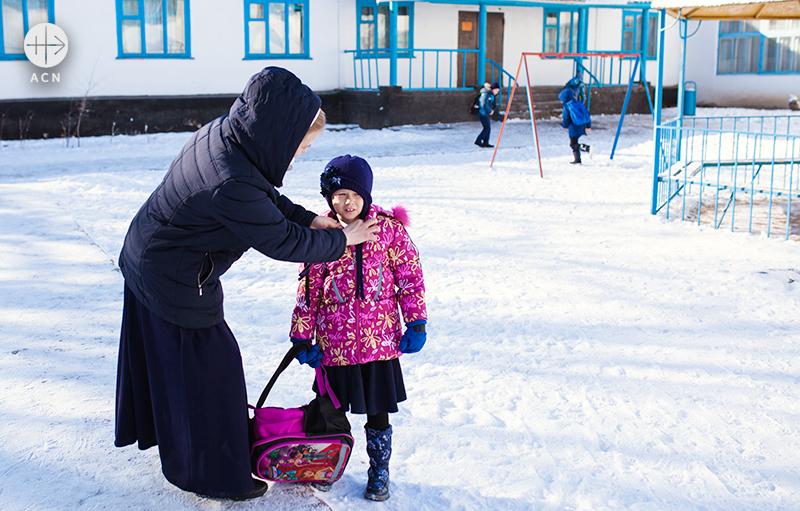 학교로 아이들을 마중나온 리타수녀 (출처=ACN자료사진)