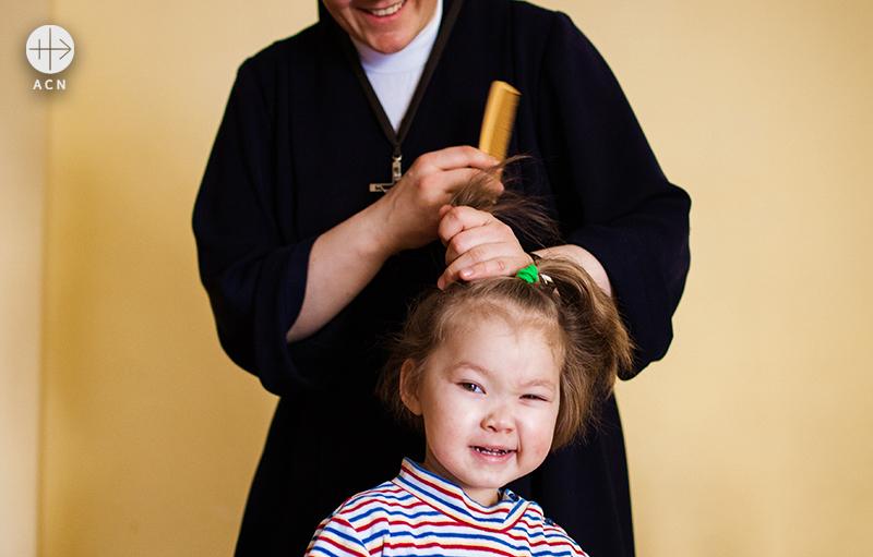 두살베기 리마의 머리를 묶어주는 리타수녀 (출처=ACN자료사진)