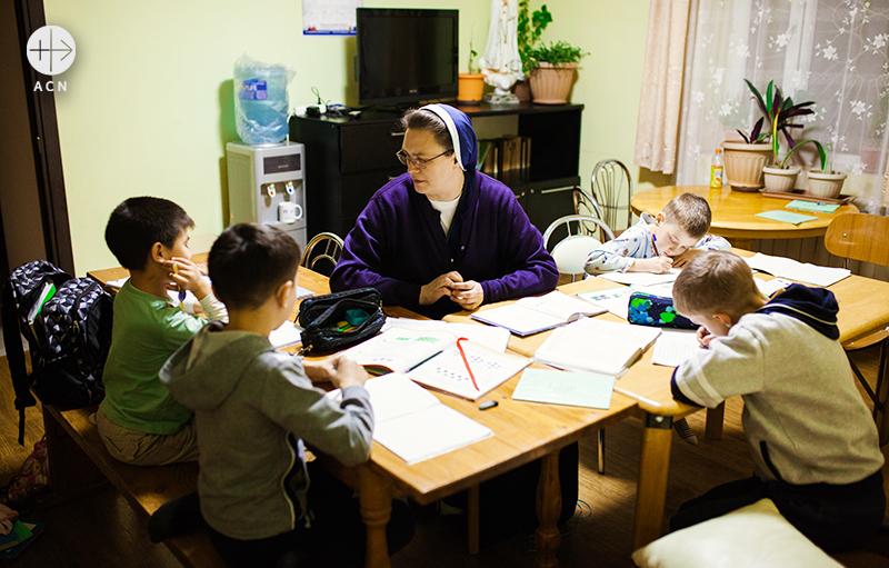 아이들 숙제를 도와주는 위어라 수녀 (출처=ACN자료사진)