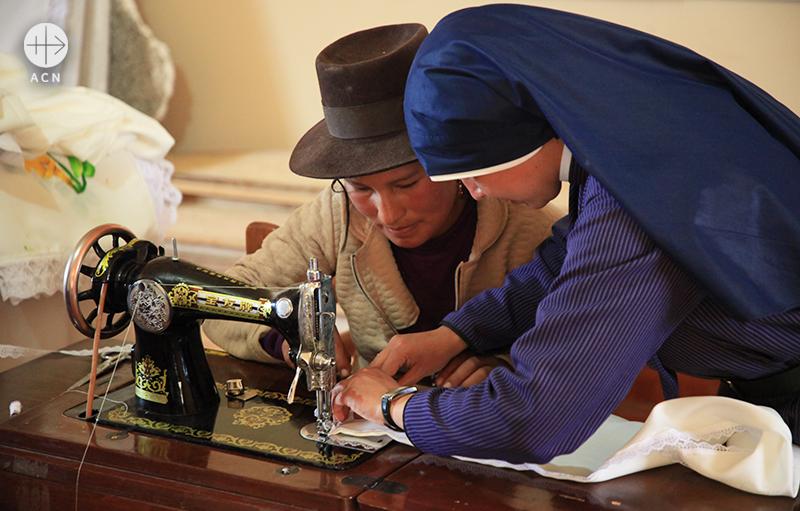 주민을 돕는 우마시의 한 수녀 (출처=ACN자료사진)