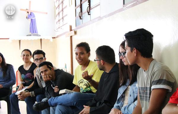 과이라의 그리스도인 젊은이들 (출처=ACN자료사진)