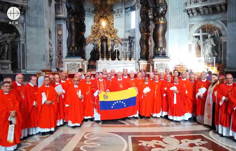 로마 산피에트로대성상에서 베네수엘라 주교회의 단체사진(출처=ACN자료사진)