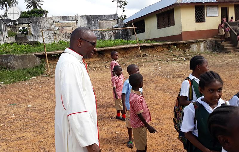 프란치스코 학교에서 칼리 주교  (출처=ACN자료사진)