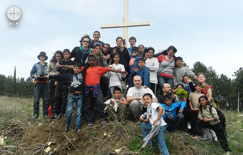 마틴 질레크 신부와 함께하는 십자가의 길 (출처=ACN자료사진)