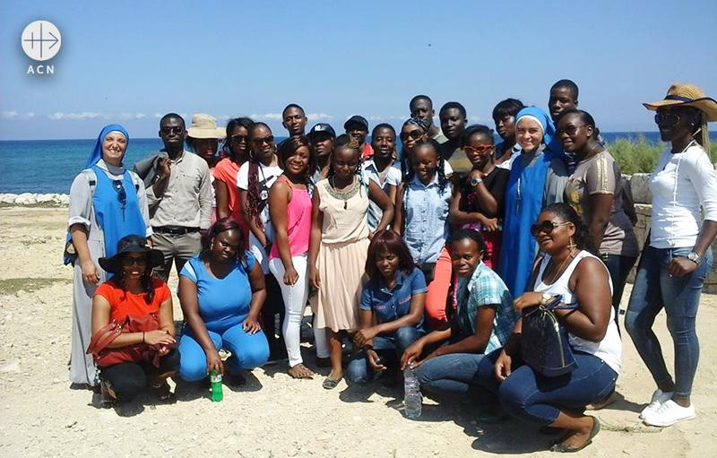 마타라의 성모와 주님의 종들 수녀회와 아프리카 학생들(출처=ACN 자료사진)