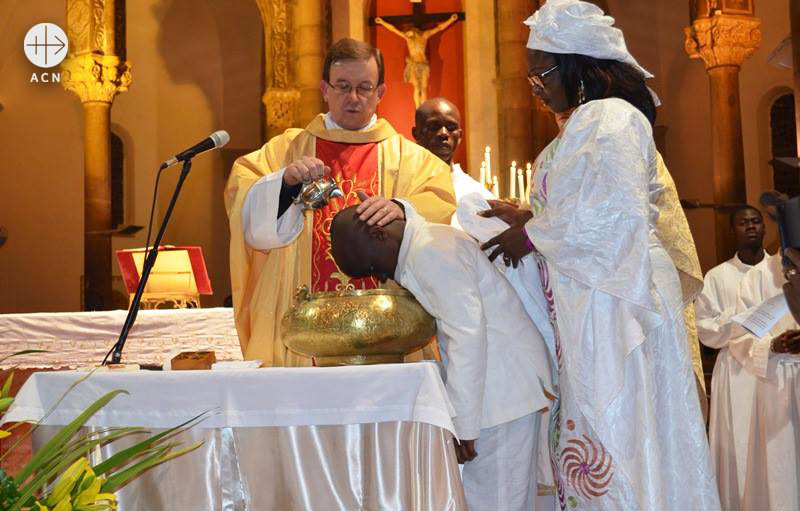 튀니스 대성당에서 세례 예식을 거행 중인 세르지오 페레즈 신부(출처=ACN 자료사진)