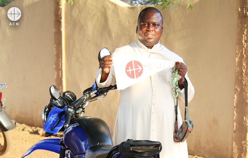 베냉 칸디교구 운송수단 지원에 감사를 표하는 손소로 본당 사제(출처=ACN 자료사진)