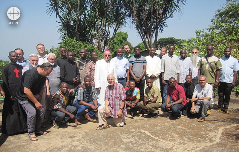 함께 단체 사진을 찍은 미로슬라프 구츠바 주교와 사제들 (출처=ACN 자료사진)