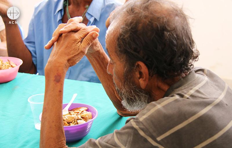 교구에서 운영하는 카루파노의 자비의 집은 노인들에게 식사를 제공하고 있다(출처=ACN 자료사진)