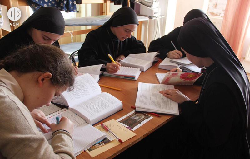 함께 공부하는 수련수녀들(출처=ACN 자료사진)