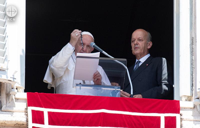 성모승천대축일 삼종기도 시간에 시리아를 위해 묵주 6천개를 축복한 프란치스코 교황(© Servizio Fotografico - Vatican Media)