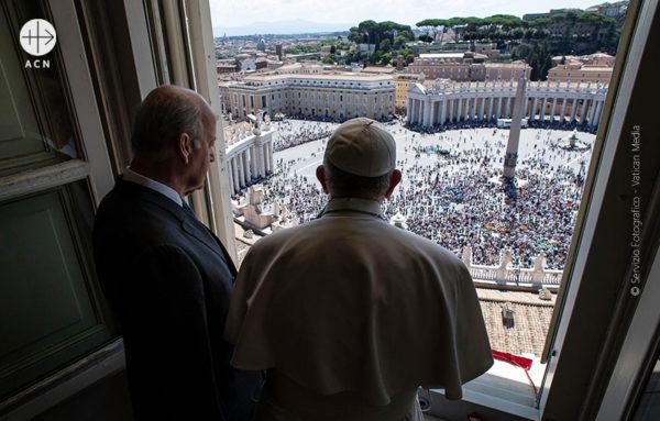 2019년 8월 15일 성모승천대축일 성 베드로 광장에서 프란치스코 교황과 ACN 국제 수석대표 토마스 하이네겔던(© Servizio Fotografico - Vatican Media)