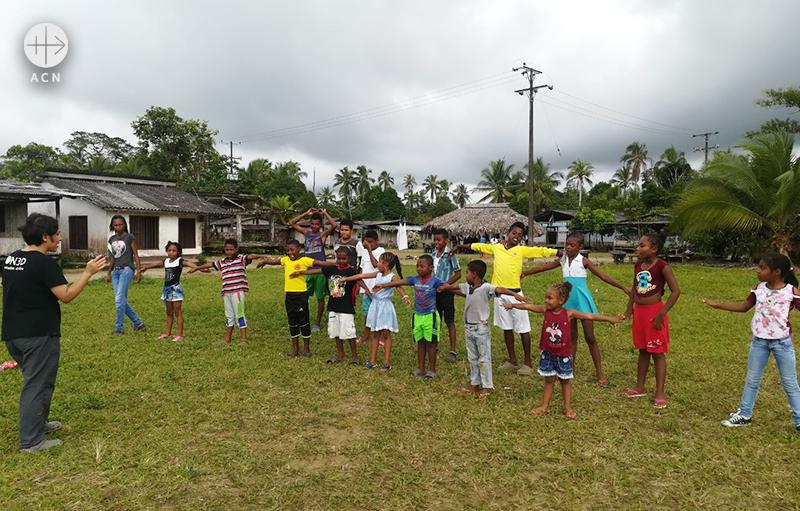 들판에서 체조를 하고 있는 아이들(출처=ACN 자료사진)