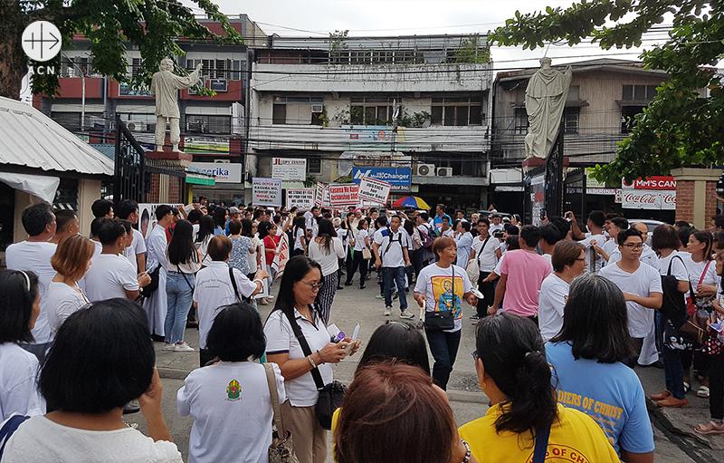링가옌 다구판 대교구 연대 행렬에 참여하기 위해 거리로 나온 신자들(출처=ACN 자료사진)