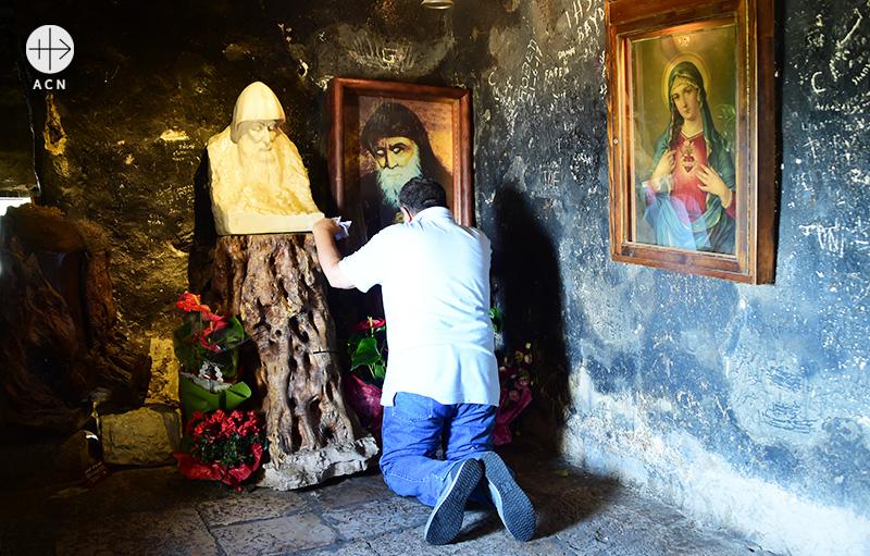 성 샤르벨 앞에서 기도를 바치는 동방 가톨릭교회의 신자(출처=ACN 자료사진)