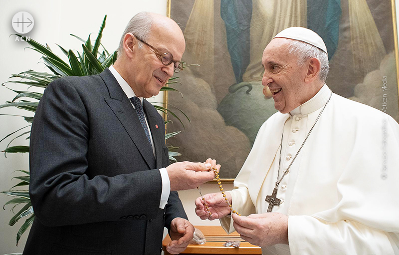 프란치스코 교황에게 묵주에 대해 설명하는 ACN의 하이네겔던 대표(© Servizio Fotografico - Vatican Media)