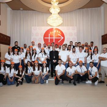 와르다 대주교와 이라크 그리스도인 청년들(출처=ACN 자료사진)