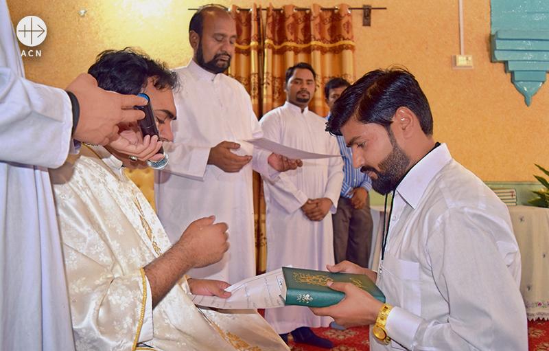 교리교사 자격증서와 함께 성경, 묵주를 수여받는 파키스탄의 예비 교리교사들 (출처=ACN 자료사진)