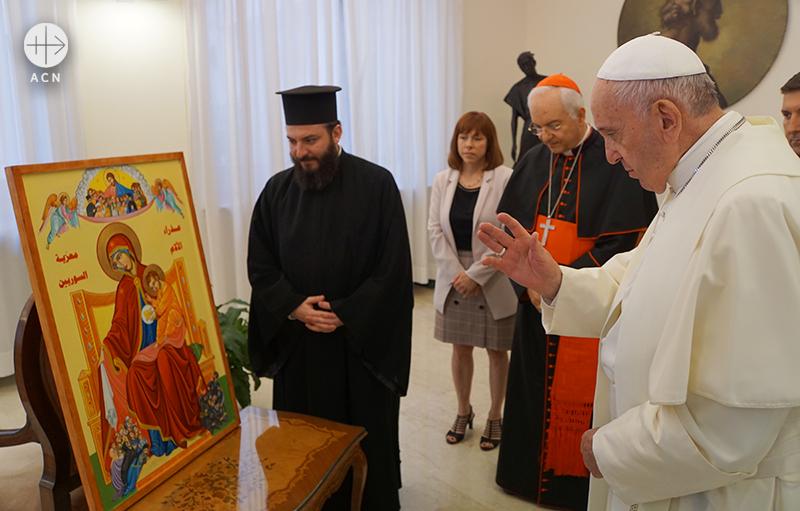 성모 마리아 이콘을 축복하는 프란치스코 교황(출처=ACN 자료사진)