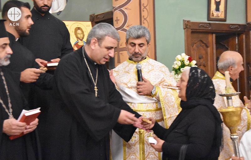 프란치스코 교황이 축복한 묵주의 전달식이 진행중인 모습(출처=ACN 자료사진)
