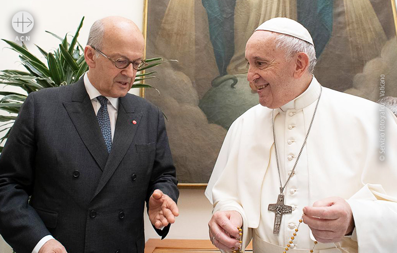 프란치스코 교황에게 묵주에 대해 설명하는 ACN의 하이네겔던 수석대표(© Servizio Fotografico - Vaticano)