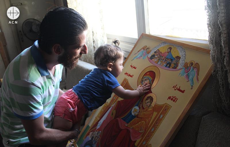 성모 마리아 이콘을 만지고 키스하는 시리아 홈스의 한 어린이(출처=ACN 자료사진)