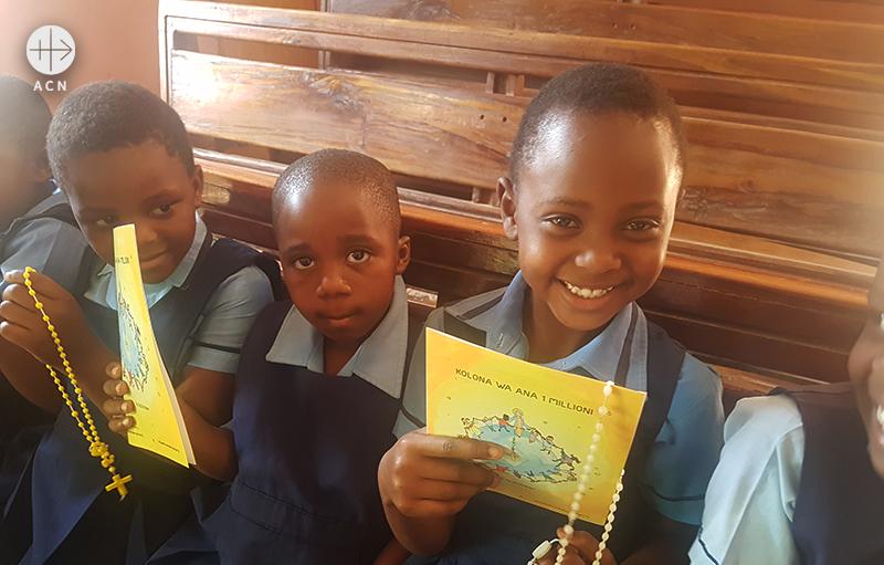 2018년 100만 어린이의 묵주기도 캠페인에 함께한 말라위의 어린이들 (출처=ACN 자료사진)
