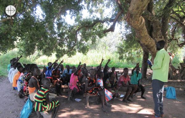 나무 아래에서 교리교육 중인 모습(출처=ACN 자료사진)
