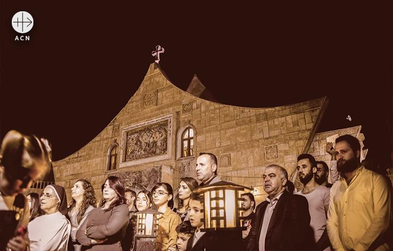 성 베남과 성 사라 성당 앞에서 이라크의 평화를 위한 기도 (출처=ACN 자료사진)
