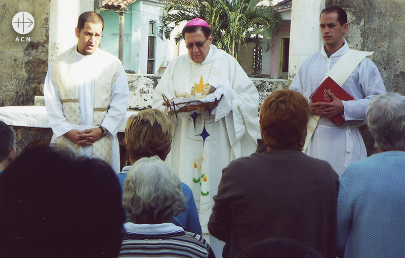 아르투로 곤살레스 주교(사진 가운데, 출처=ACN 자료사진)