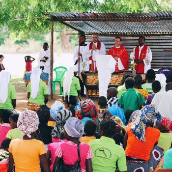 펨바교구 신자들과 함께 미사를 봉헌하는 리스보아 주교 (출처=ACN 자료사진)