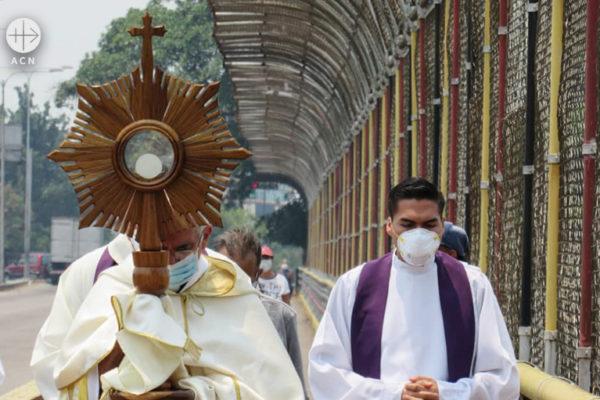 마스크를 쓰고 성체행렬을 거행하는 산 크리스토발 교구 사제들과 마리오 모론타 주교 (출처=ACN 자료사진)