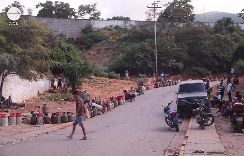 연료를 받기 위해 기다리는 사람들 (출처=ACN 자료사진)
