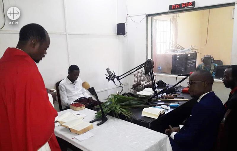 미사를 생중계하는 라디오 디퉁가 (출처=ACN 자료사진)