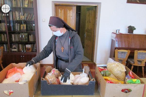 식량 꾸러미를 준비하는 안드레아 마슬리 수녀(출처=ACN 자료사진)