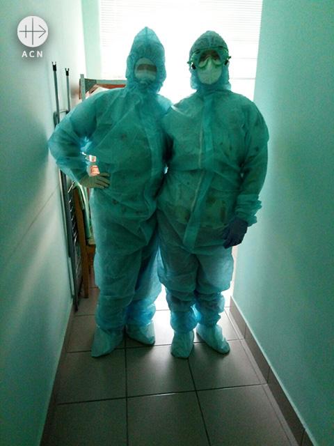 전신보호복을 입은 다니엘라 수녀(출쳐=ACN 자료사진)