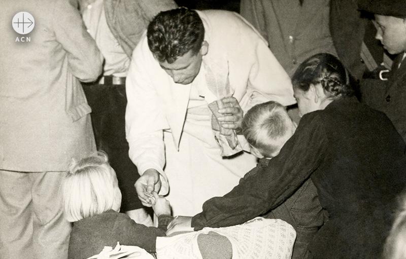 1956년, 독일 난민들과 베렌프리트 판 슈트라텐 신부(출처=ACN 자료사진)