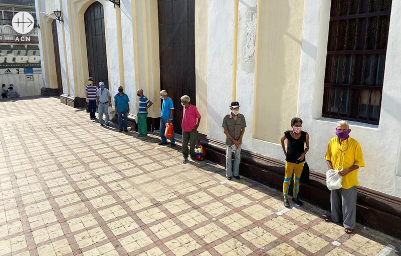 베네수엘라 코로나19 팬데믹 상황 속에서 가난한 사람들을 위해 음식을 나누어 주고 있다. 간격을 지키며 기다리는 사람들(출처=ACN 자료사진)